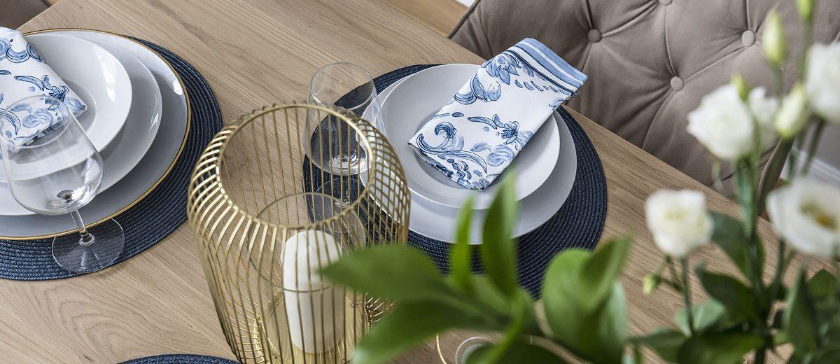 Nakrycie stołu utrzymane w złoto - niebieskiej kolorystyce