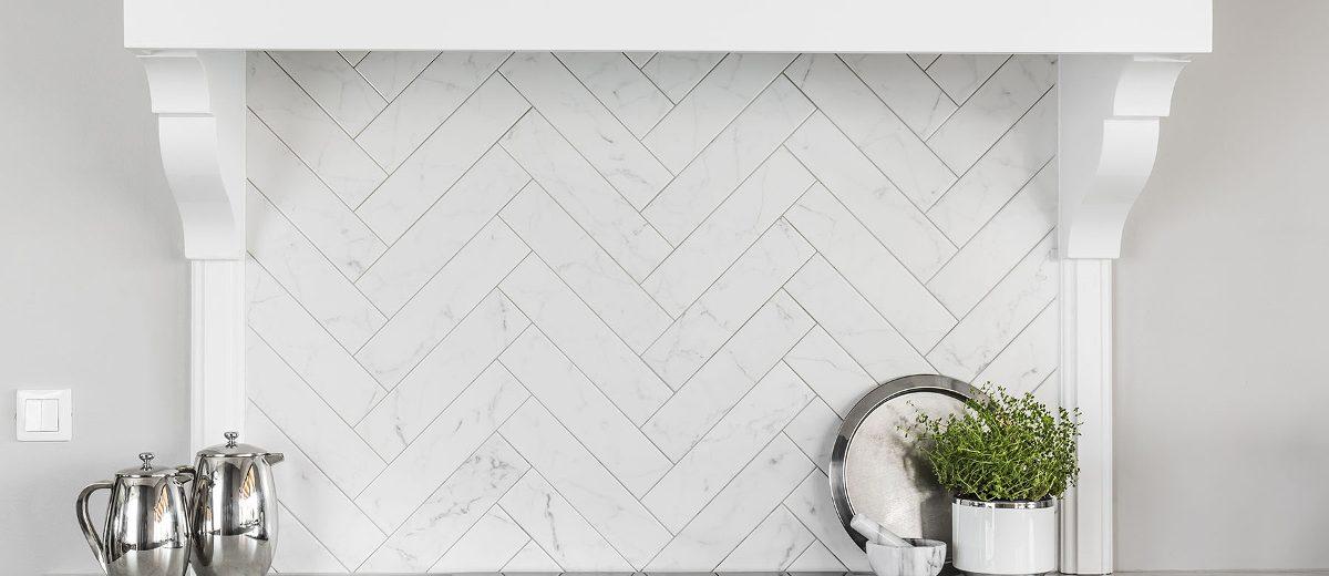 Kafle ułożone w chevron na ścianie nad blatem w kuchni