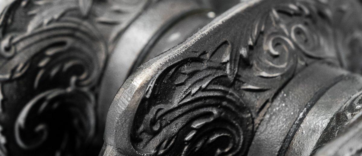 Pięknie zdobiony żeliwny grzejnik | proj. Anna Maria Sokołowska Architektura Wnętrz