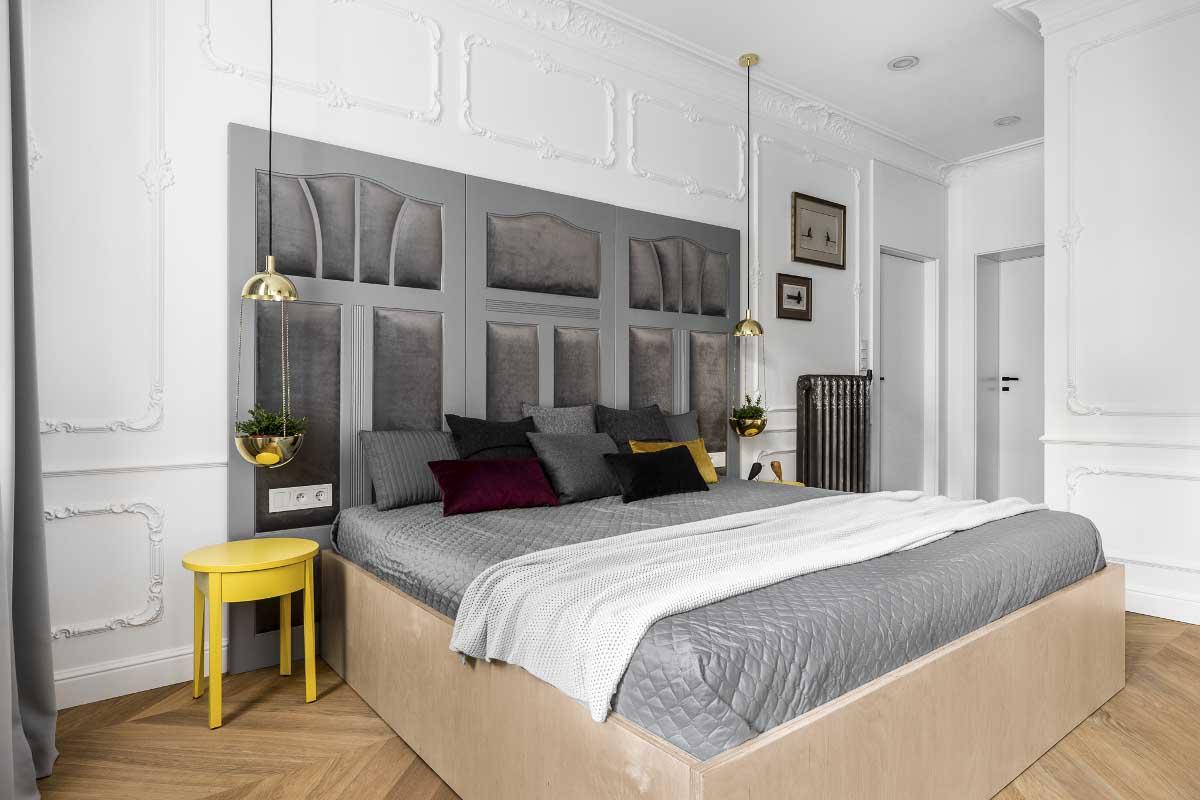 Łóżka z okazałym zagłowiem wykonanym z drzwi | proj. Anna Maria Sokołowska Architektura Wnętrz