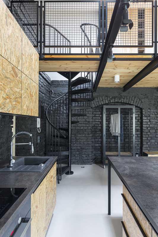 Zakręcone schody prowadzące na antresolę w projekcie arch. Moniki Pniewskiej (One Design)