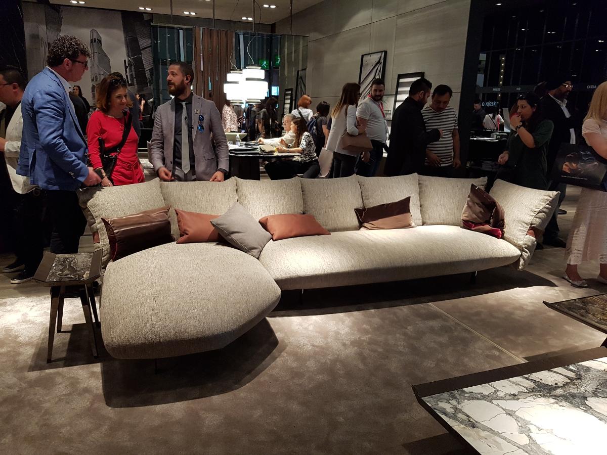 Charyzmatyczna sofa od Arketipo, którą możesz kupić w naszych showroomach, zdaje się unosić nad podłogą - czujesz ten luksus?