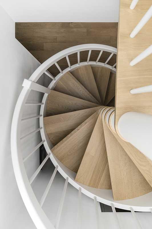 Piękne zakręcone schody | proj. MAKA.STUDIO, zdjęcie: Fotomohito