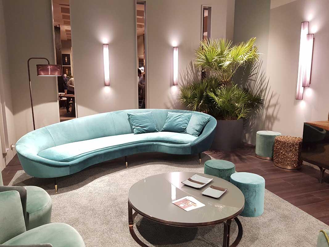 Przy takim kształcie sofy, poduszki są niezbędne, a przy takim kolorze - do zakochania w takim meblu jeden krok! (Rubelli Casa)