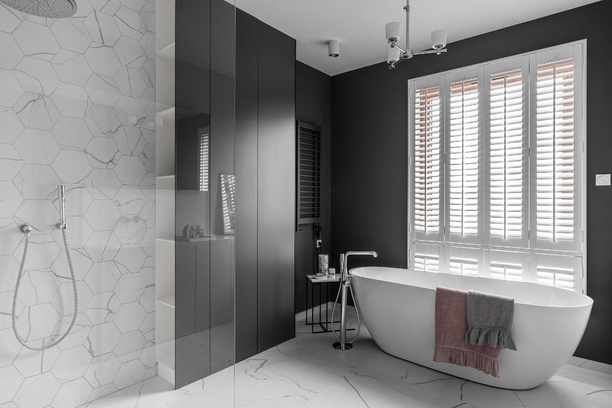 Ekskluzywna łazienka z wanną wolnostojącą | proj. MAKA.STUDIO