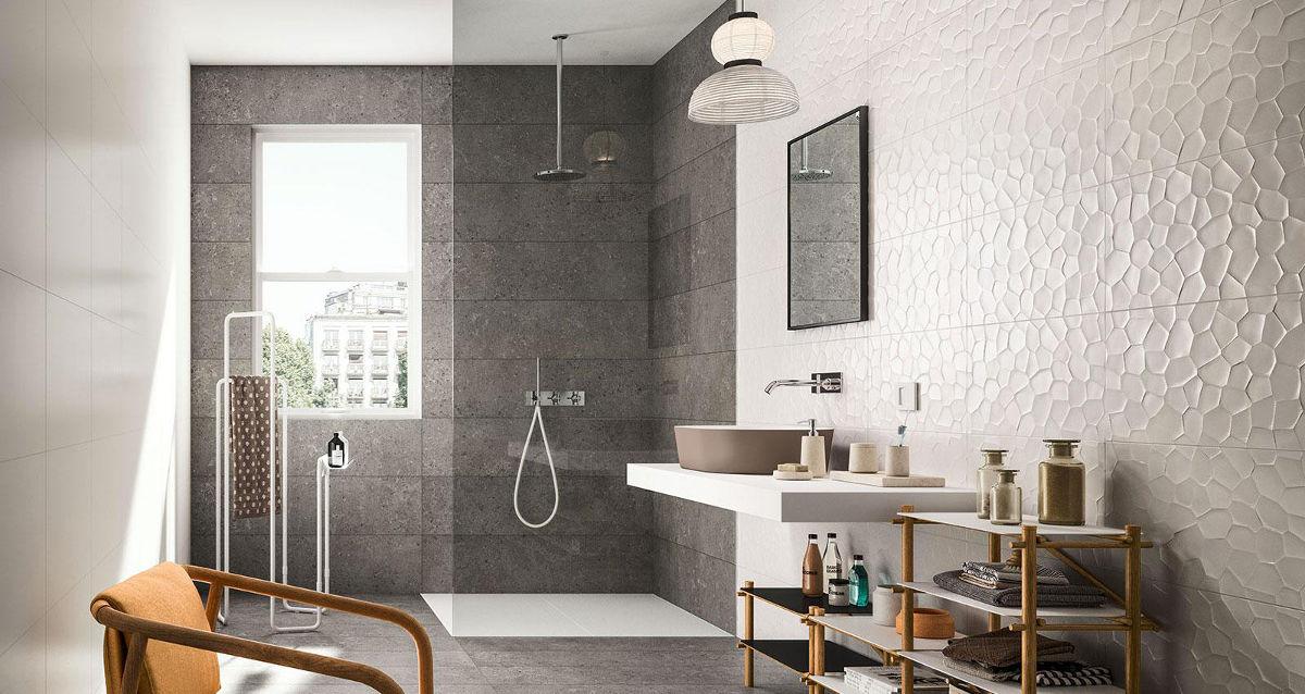 Szara łazienka z płytkami trójwymiarowymi marki Marazzi z kolekcji Color Code (pytaj o produkt w naszych showroomach)