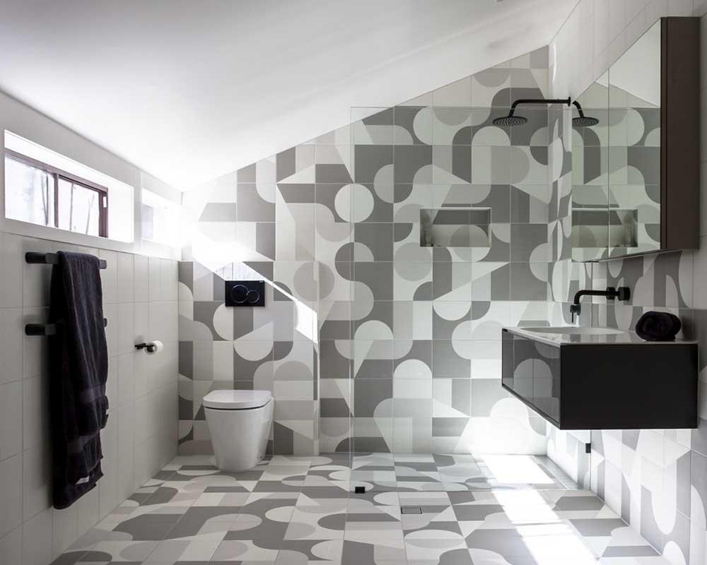 Szara łazienka w puzzle (w projekcie są widoczne płytki od Mutiny, które możesz kupić w naszych salonach stacjonarnych)