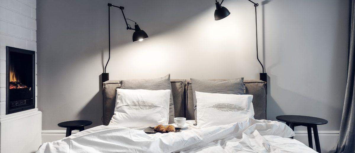 Nowoczesna szara sypialnia z kaflowym piecem | proj. lummo.