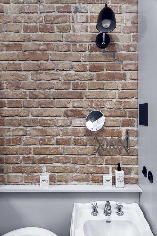 Oryginalna czerwona cegła w aranżacji łazienki | proj. lummo.