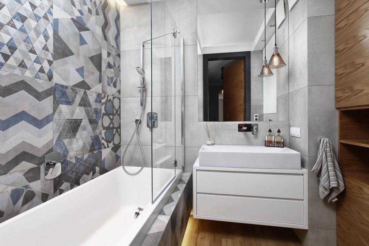 Mała łazienka w szarościach z akcentem niebieskiego i drewna | proj. Flow Interiors