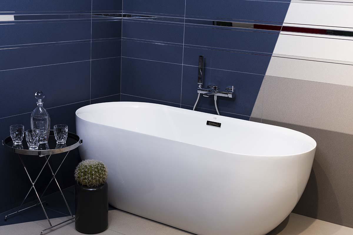 Projekt granatowej łazienki od Hushlab | produkty dostępne w Internity Home i Prodesigne