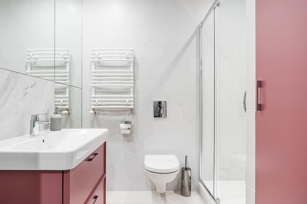 Mieszkanie na wynajem (proj. JT Grupa)   Róż w łazience z płytkami heksagonalnymi