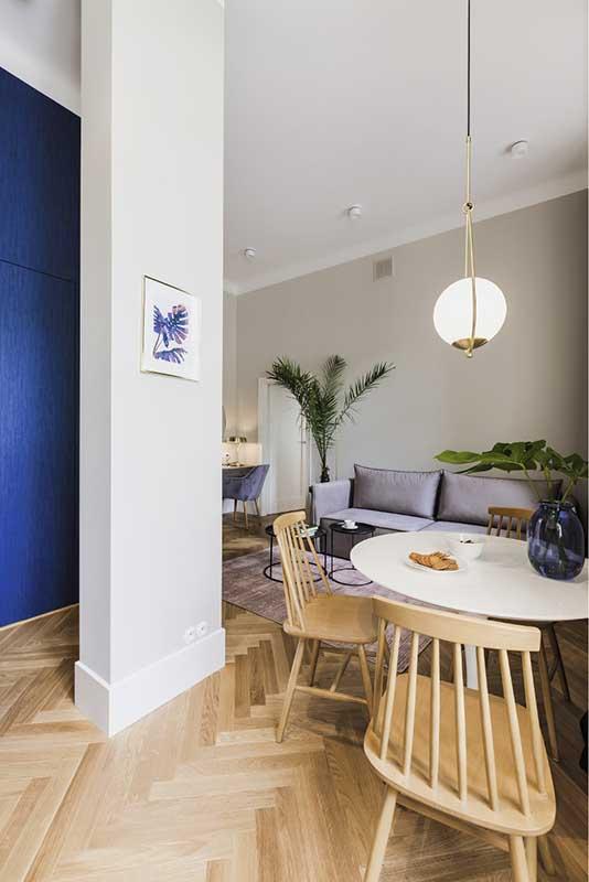 Widok na mini - jadalnię i salon z kuchni | proj. lummo.