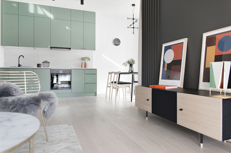 Wnętrze z aneksem kuchennym w kolorze | proj. Studio LOKO (zdjęcie: Magdalena Płoszaj)