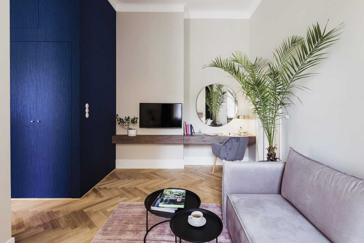 Mały salon z mocnym akcentem niebieskiego i zieleni | proj. lummo.