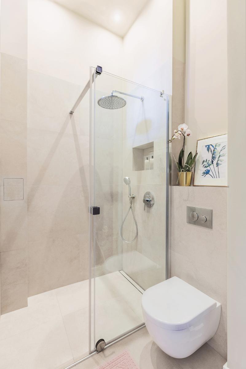 Druga część łazienki w bardziej stonowanej odsłonie | proj. lummo.