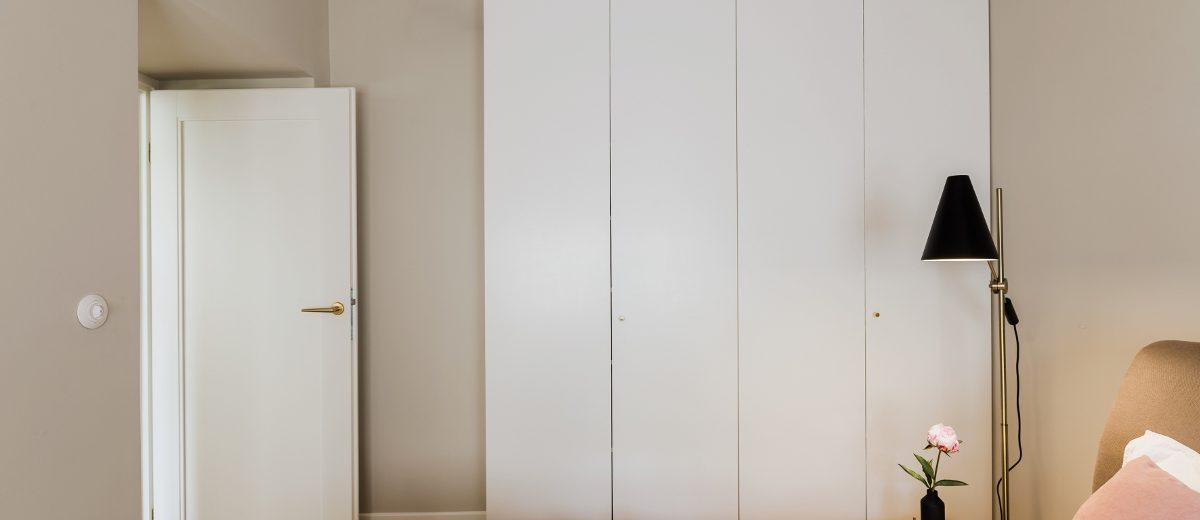 Sypialnia z minimalistyczną garderobą | proj lummo.