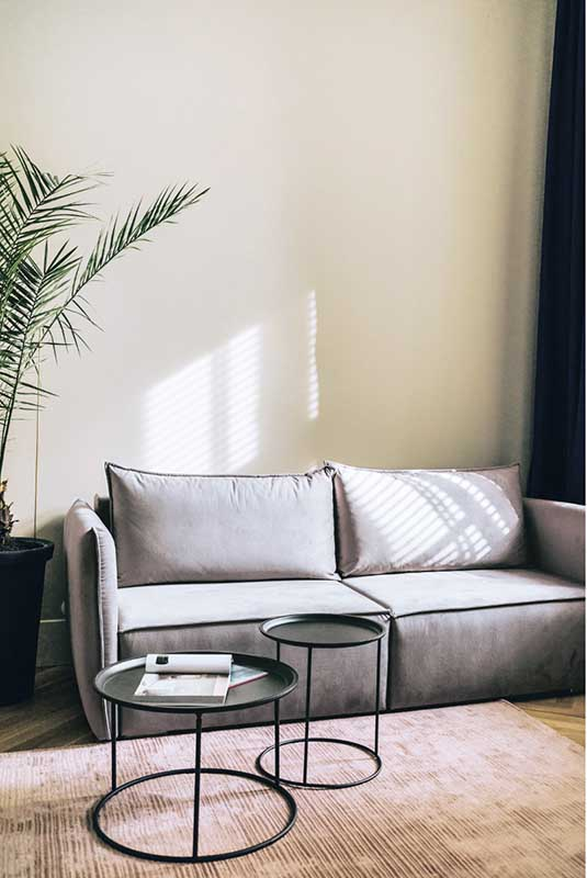 Szara puchata sofa w salonie | proj. lummo.