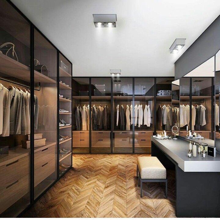 Garderoba to doskonałe miejsce na zaaranżowanie kącika urodowego