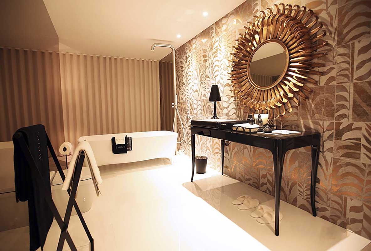 Toaletka w łazience z tapetą Arte
