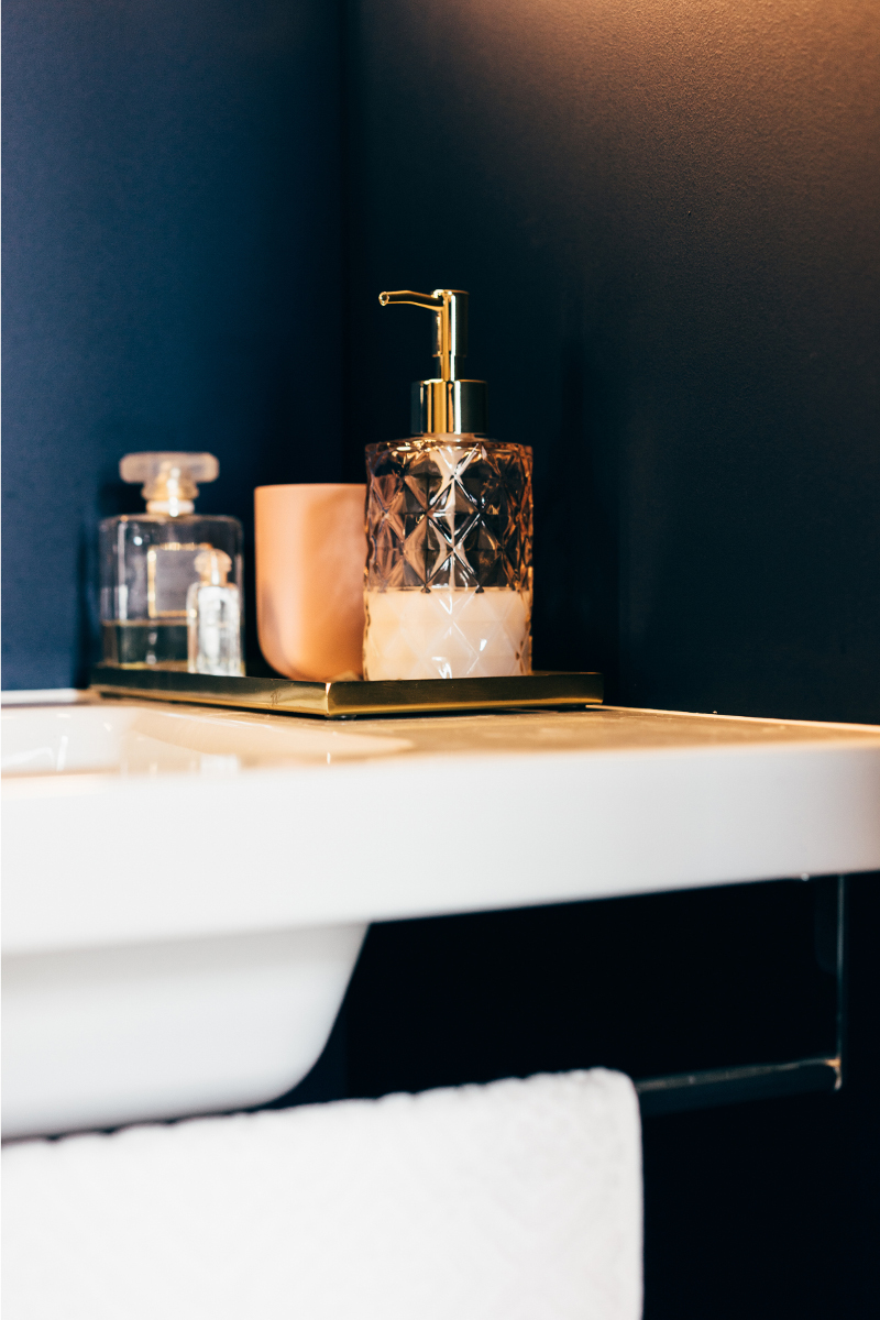 Złote detale w łazience