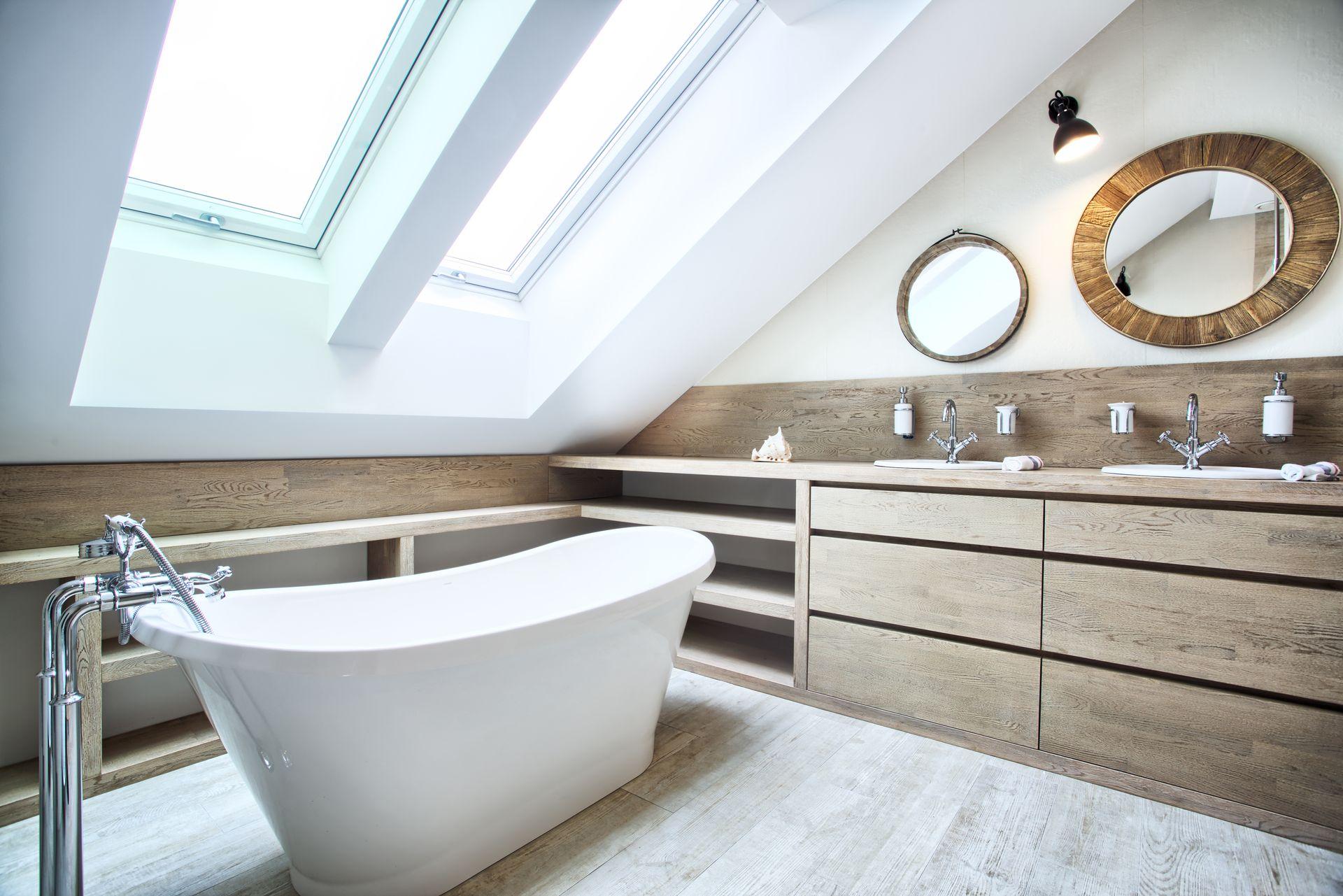 Projekt łazienki na poddaszu z wanną wolnostojącą i płytkami drewnopodobnymi