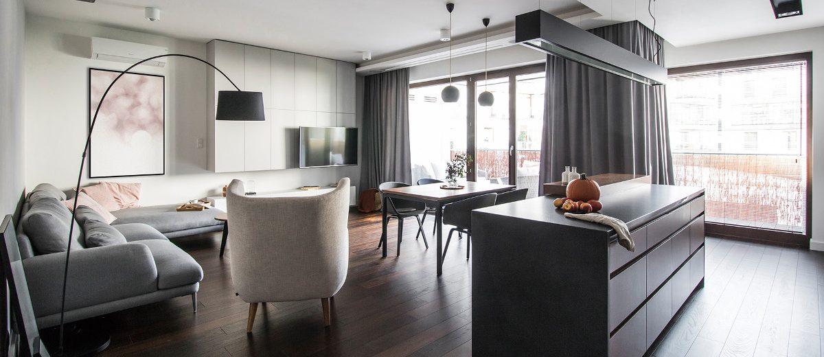 Salon z ciemną podłogą | proj. TK Architekci