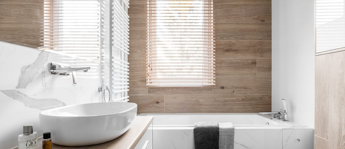 Łazienka w drewnie i marmurze | proj. Studio Projekt (zdjęcie: Fotomohito)