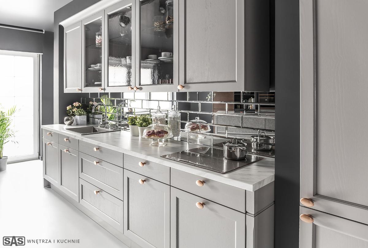 Lustrzane płytki na ścianie nad blatem w szarej kuchni | proj. SAS Wnętrza i Kuchnie