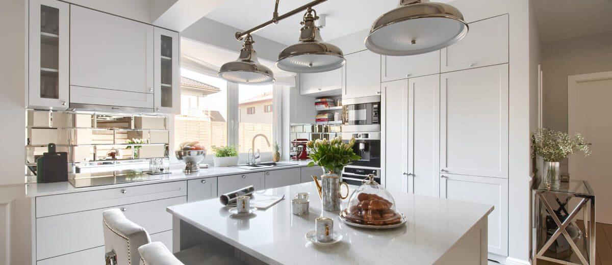 Biała kuchnia z lustrzanymi płytkami nad blatem | proj. Duet Studio