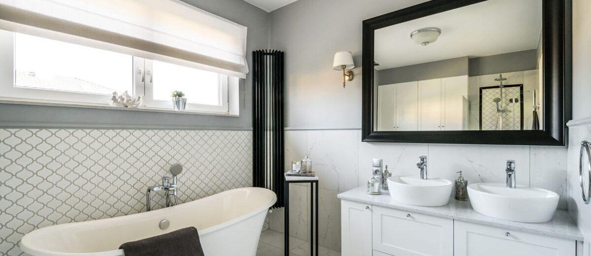 Łazienka w nowojorskim stylu z wanną wolnostojącą | proj. Duet Studio