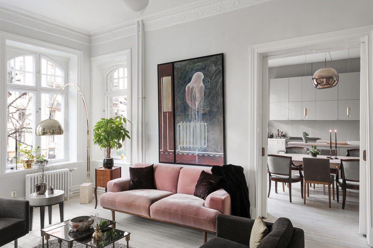 Piękna różowa welurowa sofa