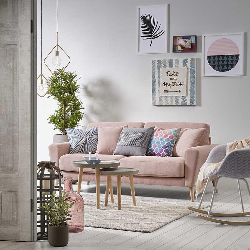 Różowa sofa w salonie