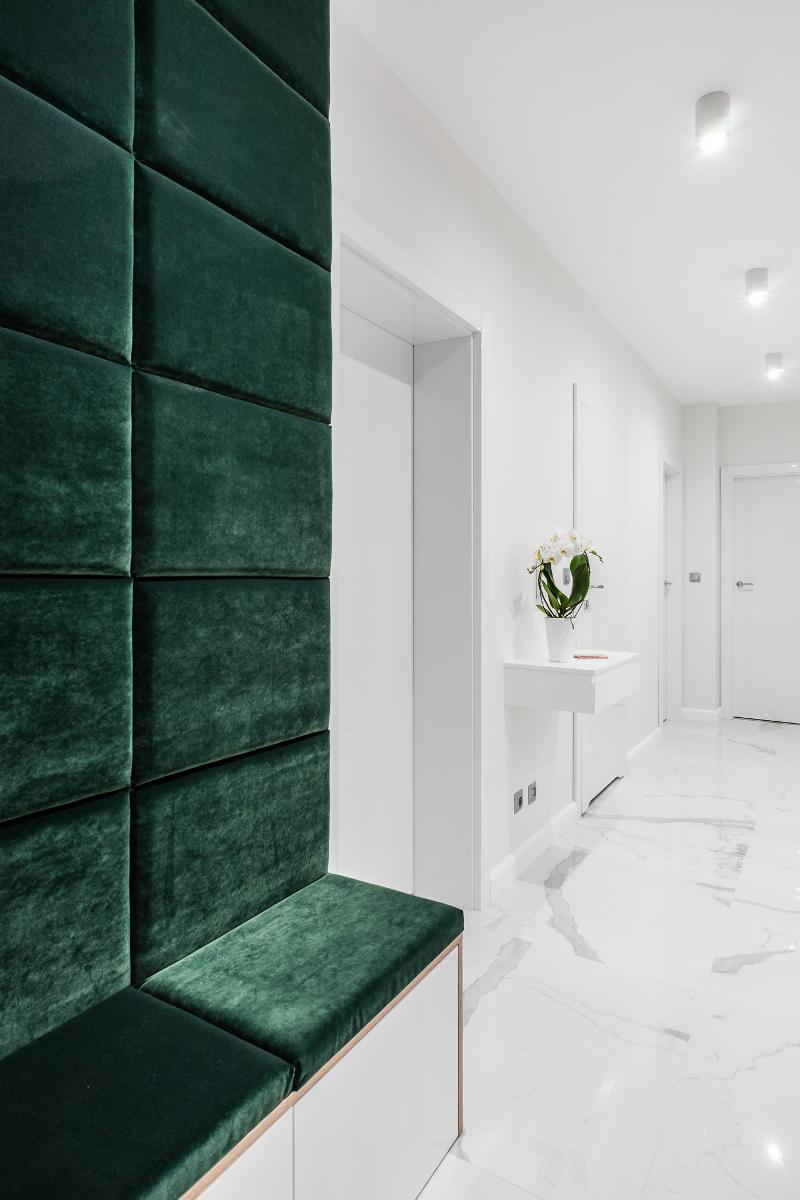 Hol ze ścianą tapicerowaną z weluru |proj. Studio Projekt (zdjęcie: Fotomohito)