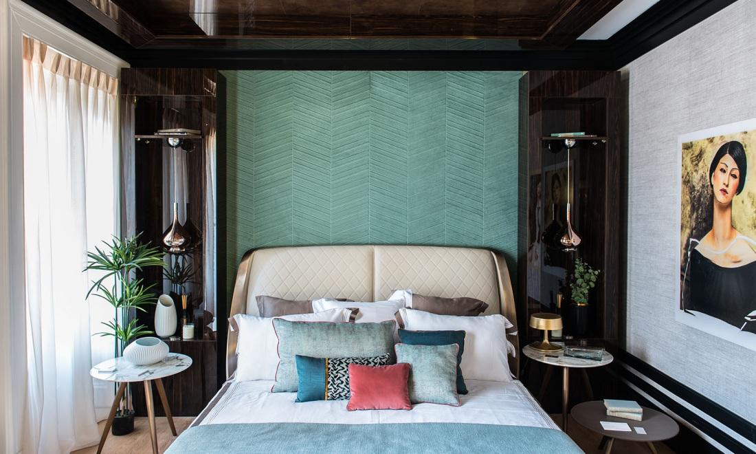 Na ścianie nad łóżkiem jest wykorzystana tapeta Arte - produkt możesz kupić w naszych showroomach: Internity Home i Prodesigne