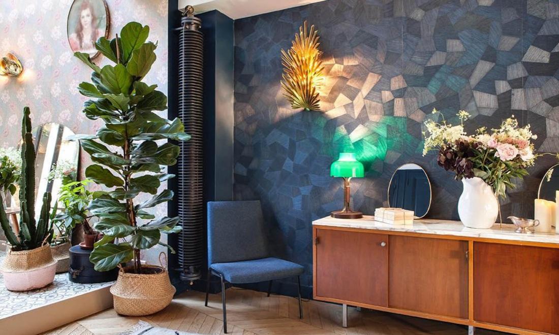 Granatowa tapeta marki Arte w projekcie salonu