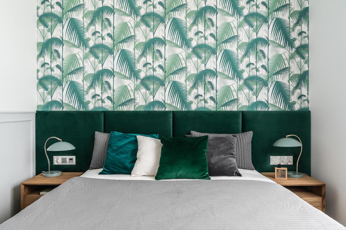 Tropikalna tapeta od Cole & Son w projekcie sypialni wykonanym przez arch. Annę Marię Sokołowską (zdj: Fotomohito)