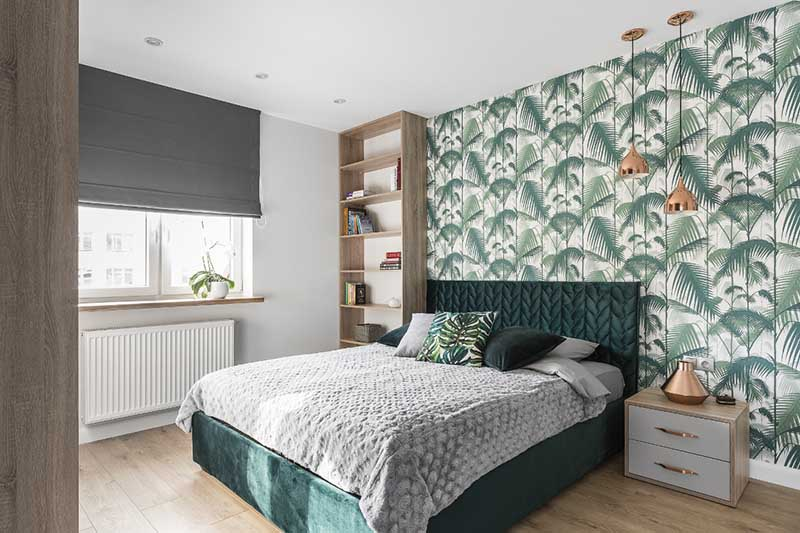 """Sypialnia z tapetą w tropikalny wzór """"Palm Jungle"""" od Cole & Son   proj. Studio Projekt (zdjęcie: Fotomohito)"""