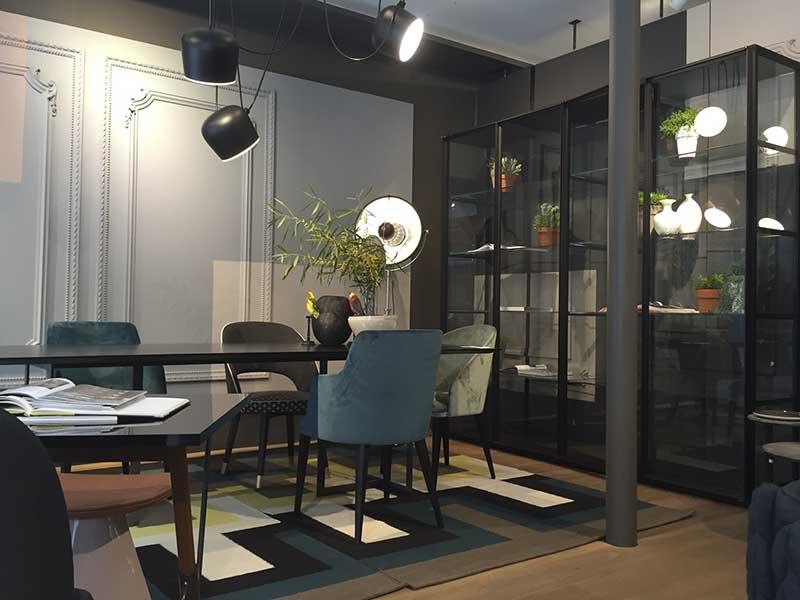 Welurowe krzesła | Lampa Flos