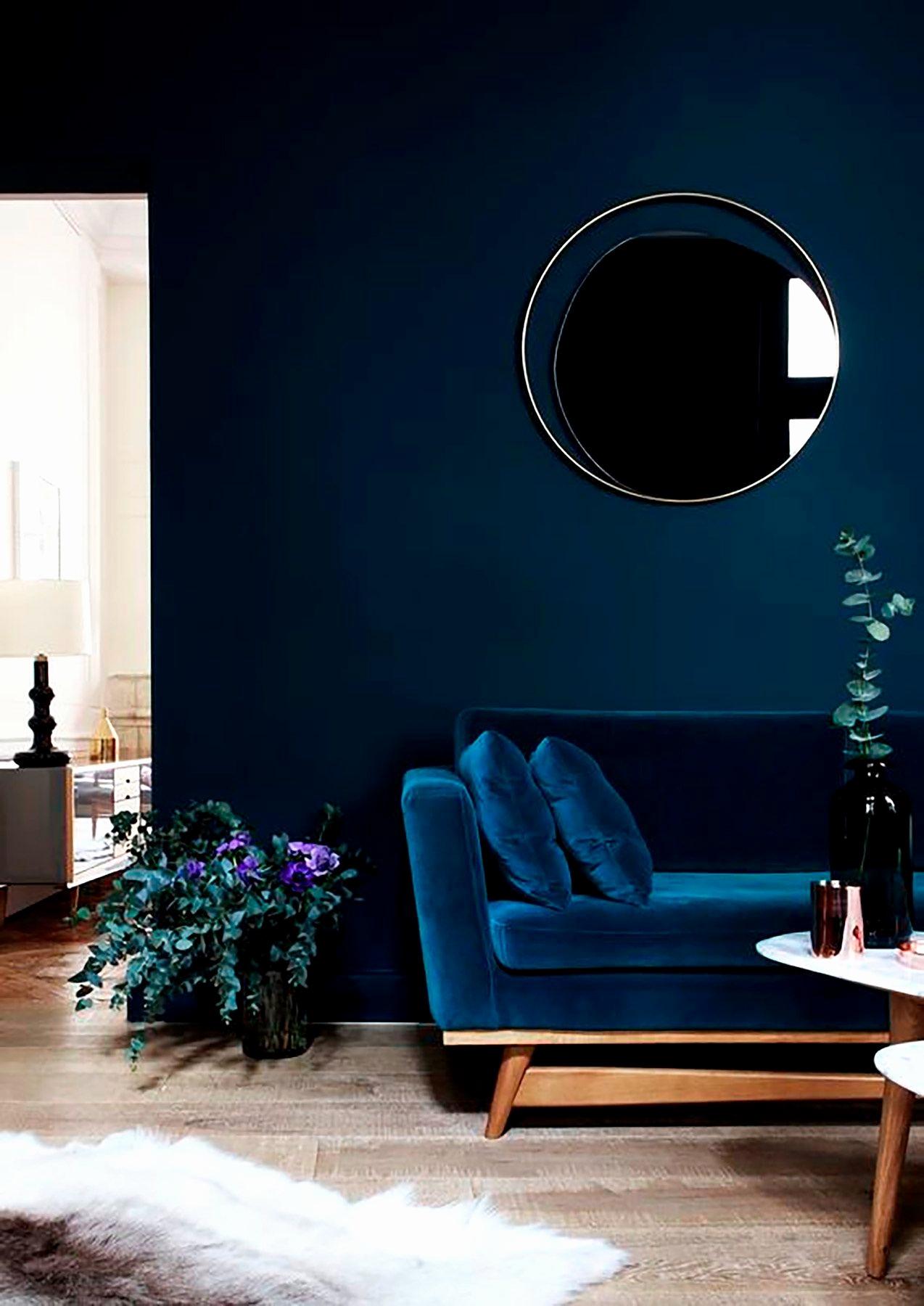Sofa welurowa w kolorze mocnego granatu