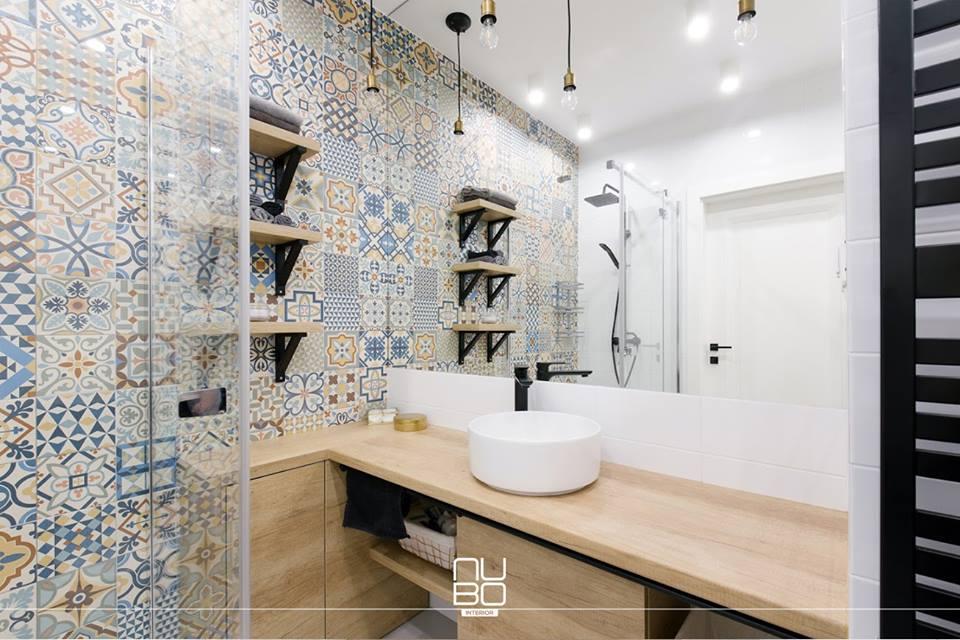 Współczesna interpretacja łazienki w hiszpańskim stylu | proj. NUBO