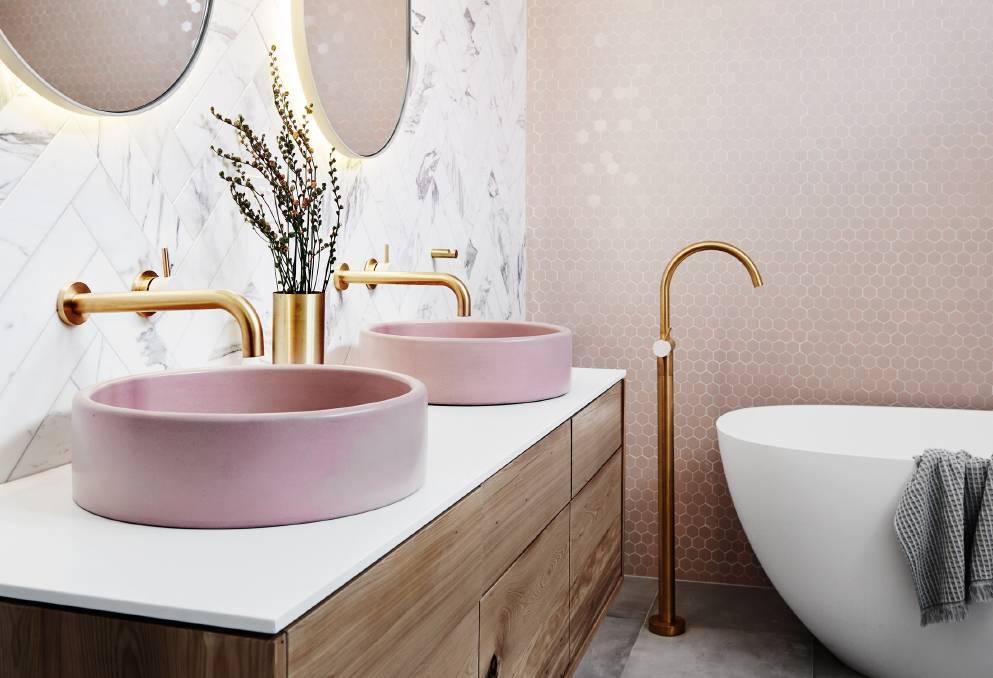 Łazienka ze złotą armatuą brzoskwiniową mozaiką i marmurowymi płytkami