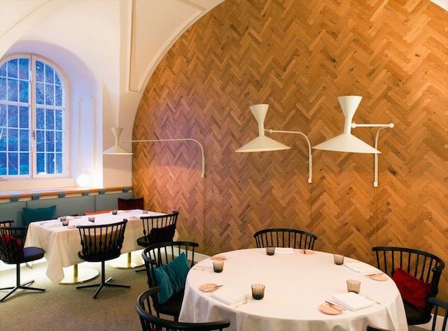 Biscuit parquet na ścianie wg. projektu Patrici Urquioli