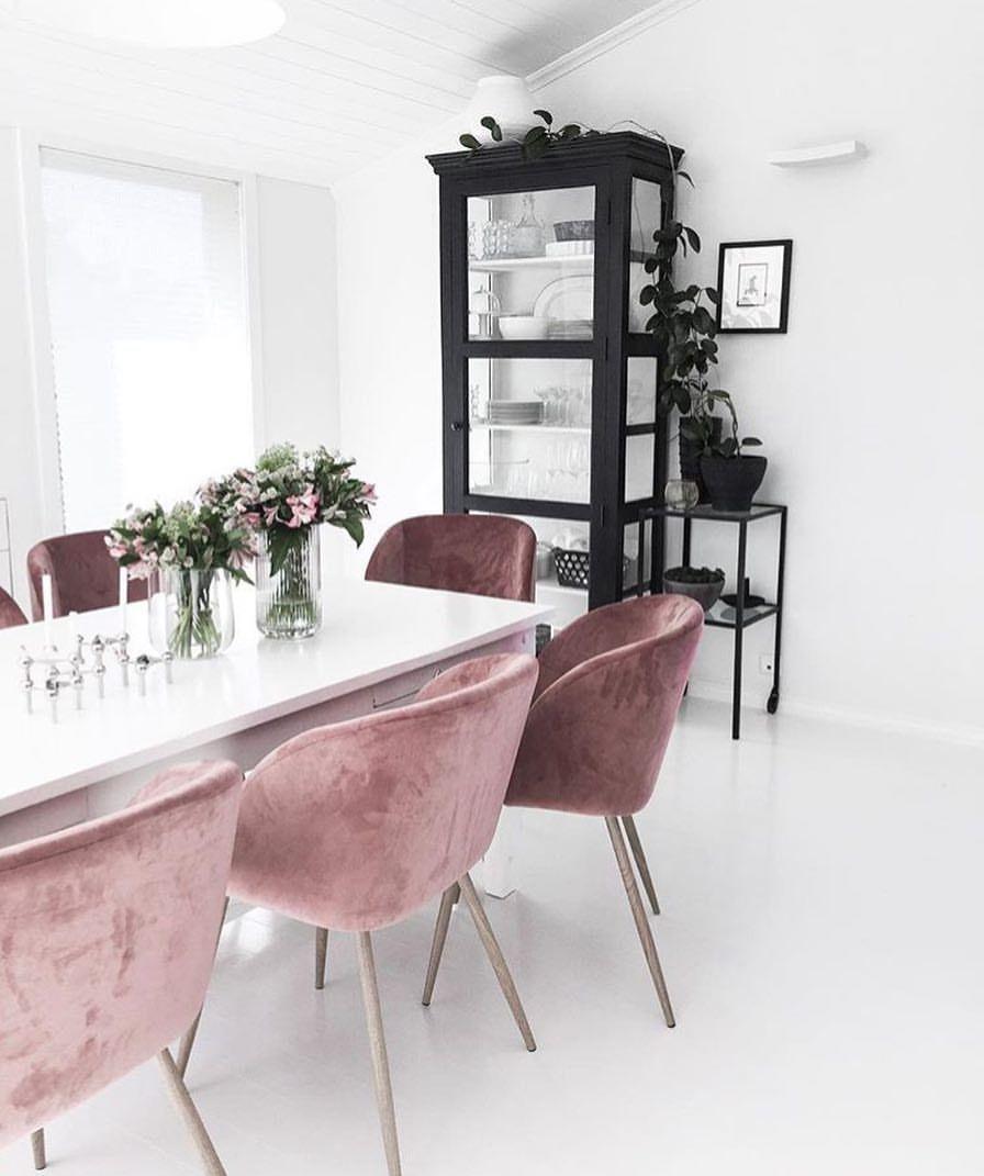 Krzesła różowe welurowe