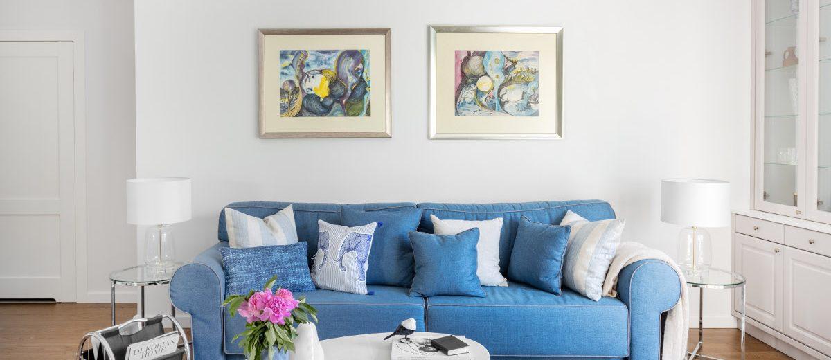 Salon z niebieską sofą | proj. Dziurdzia Projekt