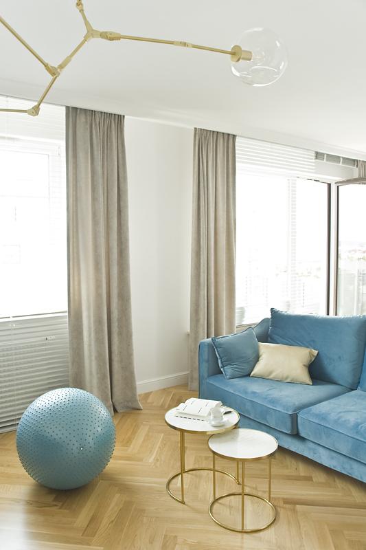 Piękne marmurowe stoliki - pomocniki dopełniają elegancką welurową sofę