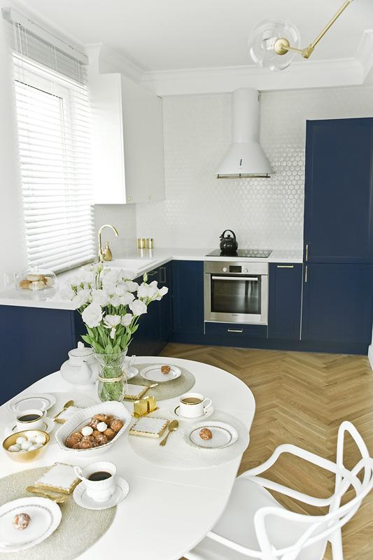 Stylizację kuchni zaczyna piękna drewniana jodełka na podłodze a wieńczy dekoracyjna listwa przy suficie