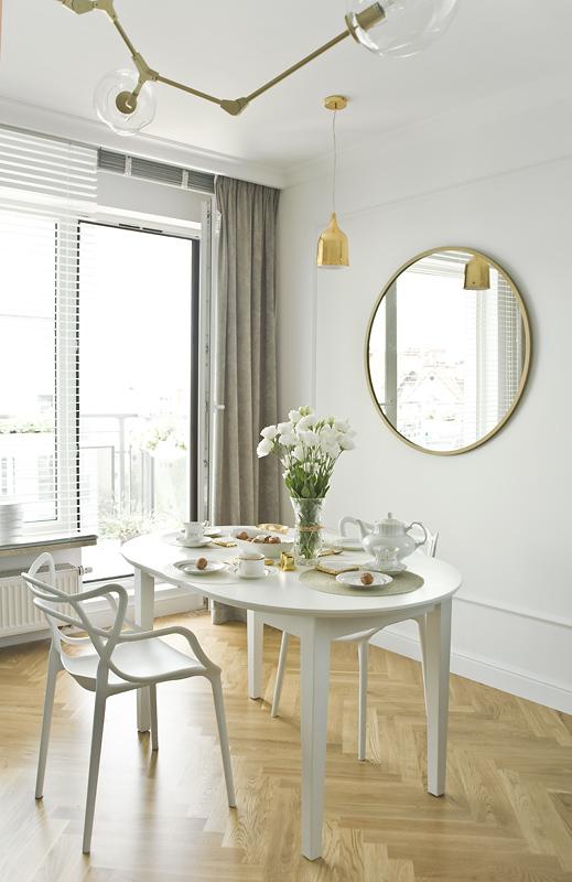 Klimatyczną jadalnię dopełniają designerskie krzesła marki Kartell