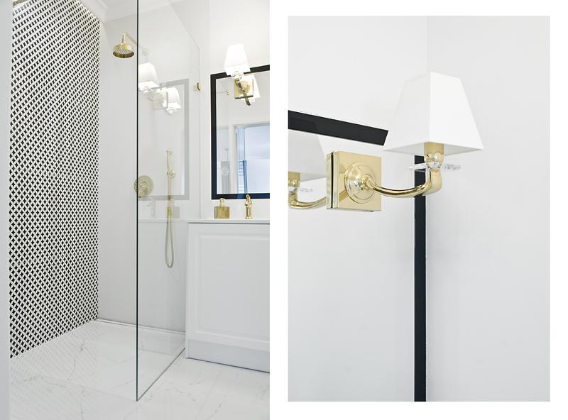 Kto powiedział, że w łazience mają prawo bytu tylko zwykłe oprawy wpuszczane, albo natynkowe? Złoty kinkiet daje radę!