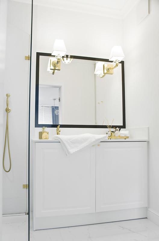 Strefa umywalkowa z akcentami żółtego złota